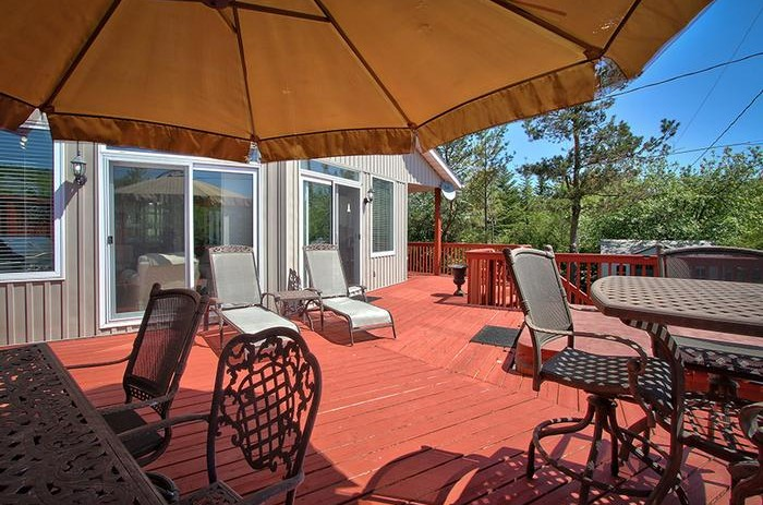 Stay at Blue Mountain offers a gorgeous patio in this beautifully updated chalet located at 106 Birchview