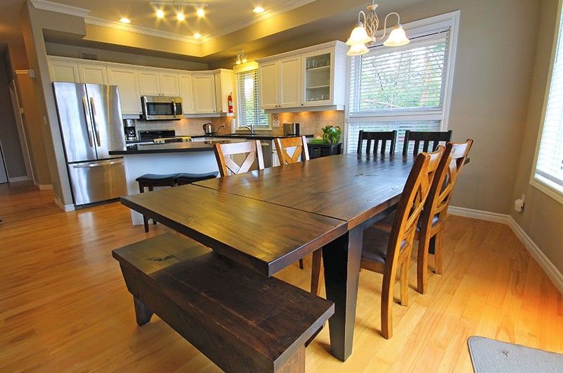 106 Birchview chalet features an open concept dining area that is connected to the kitchen and living room - Stay at Blue Mountain