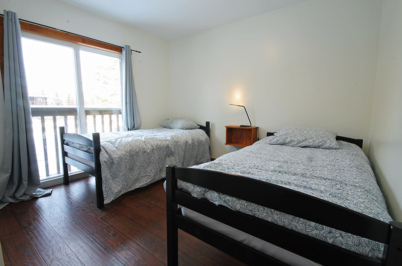 Stay at Blue Mountain bedroom in the chalet located at 106 Birchview that features two twin beds