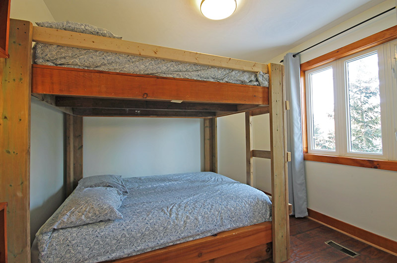 Stay at Blue Mountain bedroom in the chalet located at Summit Ridge 5 that offers bunk beds