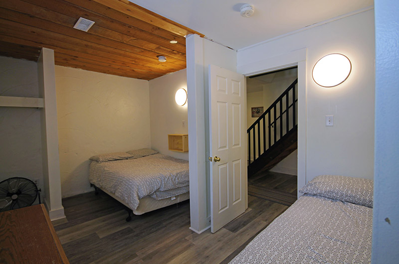 Two double beds the chalet located at Mountain View 2 in this spacious room from Stay at Blue Mountain