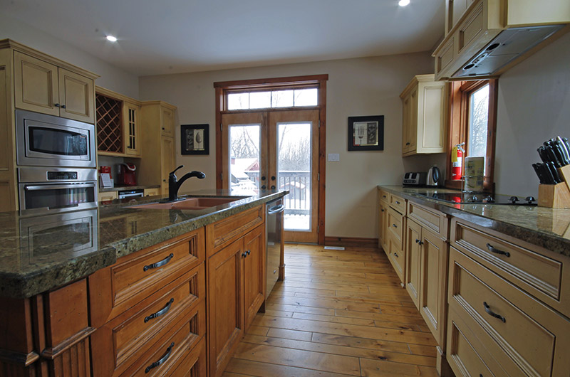 A fully-equipped kitchen in a Stay at Blue Mountain chalet rental available at 109 Plater St