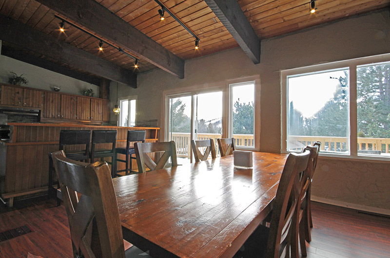 106 Birchview chalet features an open concept dining area with many windows to let in a lot of natural light - Stay at Blue Mountain