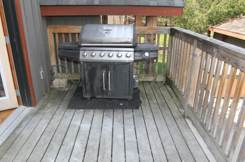 Stay at Blue Mountain offers a fully equipped kitchen in this chalet from 109 Plater St alongside an outdoor grill
